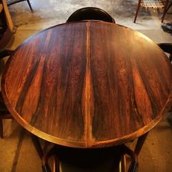 __SOLGT__ Smukt spisebord i palisander diameter 122 cm. inkl. 2 tillægsplader á 50 cm. Pris 1