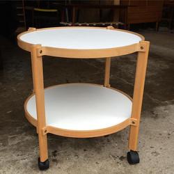 __SOLGT__ Bakkebord med stel af bøg og hvid laminat på flader, monteret med sorte hjul. H. 56 Ø 56 c