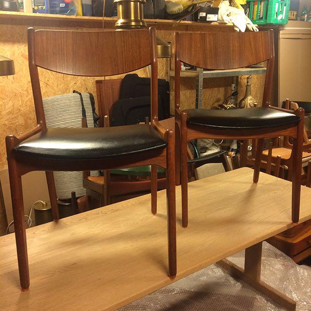 To fine stole med ryg i teak og sort skai på sæde. I rigtig fin stand