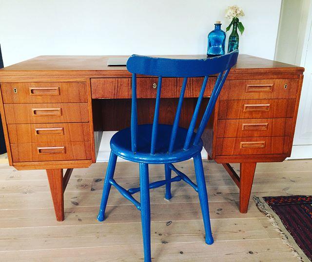Smukt gammelt skrivebord i teak produceret i 60'erne. Kan stå frit da der er reol på bagsiden