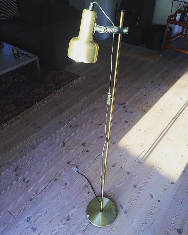 Cool standerlampe i messing. Justerbar i højde og hældning