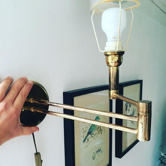 Gammel patineret væglampe fra 60'erne med vippearm
