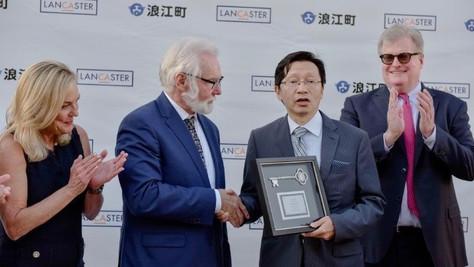 Lancaster Mayor Presents Key to the City to Consul General Akira Muto