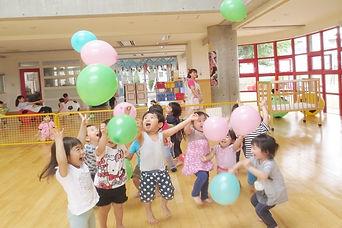 中央文化保育園内で遊ぶ子どもたち