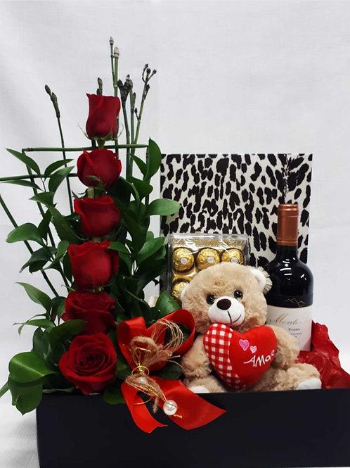 Arranjo com flores, vinho, chocolate e urso