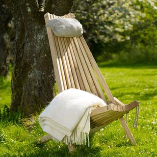 Lärk 1895 SEK Fotpall 1195 SEK Kudde 299 SEK  Reglerbar i två lägen. Till stolen finns även en fotpall utformad enligt samma teknik. Stolen passar in i de flesta miljöer – såväl inomhus som på trädäcket, balkongen eller campingen.  EcoChair i lärk kräver inte mycket skötsel. Behöver inte oljas, blir naturligt grått med tiden när det hålls utomhus. Om du inte vill vänta eller vill ändra färg själv, behandla träet med färgad olja. Utmärkt väderbeständighet samt motstånd mot fukt från marken – impregnerad av naturen.