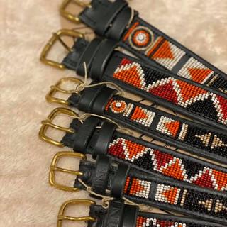 979 SEK  Hundkoppel som är handgjort av koläder och som är vegetabiliskt garvat. De är vackert handpärlade med glaspärlor.