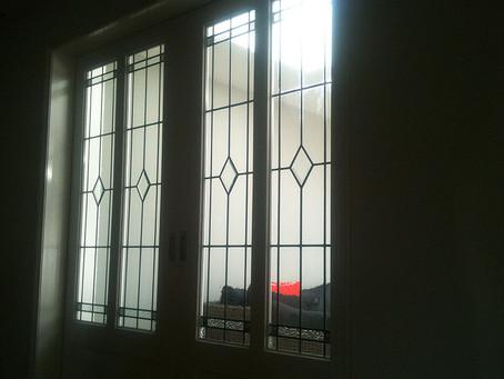 Elegant, Simple en Clean. Glas in lood Schuifdeuren met eenvoudige motieven