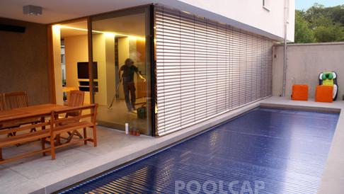 Poolabdeckung Rolloabdeckung Polycarbonat 15/60 mm kristallblau-transparent. Welle frei im Pool montiert