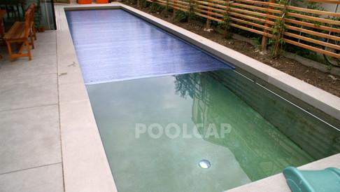 Poolabdeckung Rolloabdeckung Polycarbonat 15/60 mm kristallblau-transparent. Welle im Pool nachträglich eingehängtPoolabdeckung Rolloabdeckung Polycarbonat 15/60 mm kristallblau-transparent. Welle frei im Pool montiert