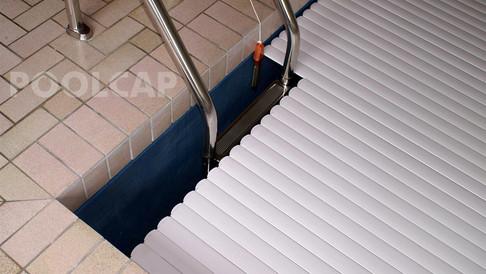 Poolabdeckung Rolloabdeckung PVC 15/60 mm weiß. Leiterausschnitt