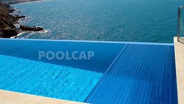 Poolabdeckung Rolloabdeckung Polycarbonat 15/60 mm kristallblau-transparent. Lange Seite mit Überlaufrinne