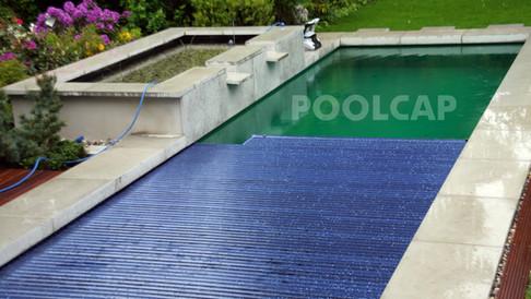 Poolabdeckung Rolloabdeckung Polycarbonat 15/62,5 mm Anti-Algen-Solar. Welle in einer Beckenverlängerung oben, integriert in die Holzterrasse