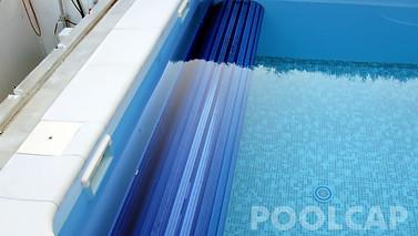 Poolabdeckung Rolloabdeckung Polycarbonat 15/60 mm kristallblau-transparent. Welle frei im Becken montiert