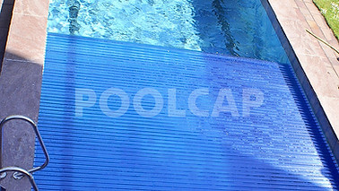 Poolabdeckung Rolloabdeckung Polycarbonat 15/60 mm kristallblau-transparent. Welle im Beckenboden
