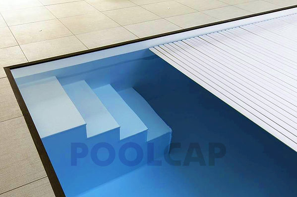 Rolloführung durch die Pool Beckenwand