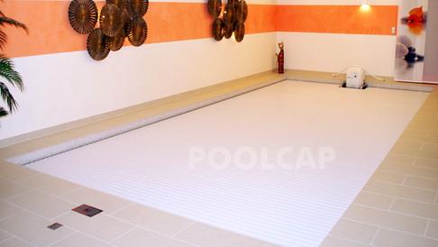Poolabdeckung Rolloabdeckung PVC 15/60 weiß. Welle frei im Becken montiert