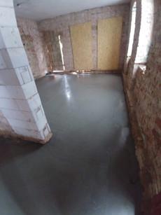 Nowa ogrzewana podłoga i widok na dzisjszą kuchnię.