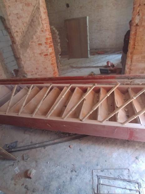 Schody na 1 piętro musiały zostać zdemontowane bo nie spełniały obecnych norm.