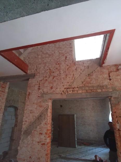 Tu było przejście z parteru na 1 piętro, w tle otwór na nowe schody i wejście do salonu klubowego.