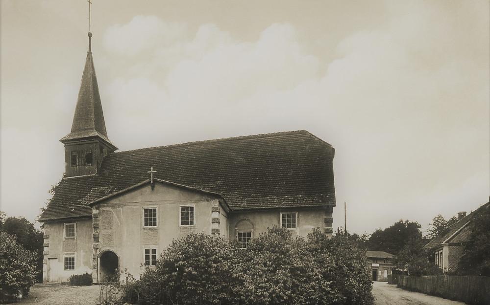 Tą drogą szliśmy, spoglądając na nowy kościół, który dziś stoi na miejscu tego z obrazka. Zdjęcie z internetu.