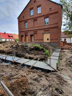 Fundamenty pod 100 metrową salę były kopane 3 razy. Wreszcie udało się je wylać.