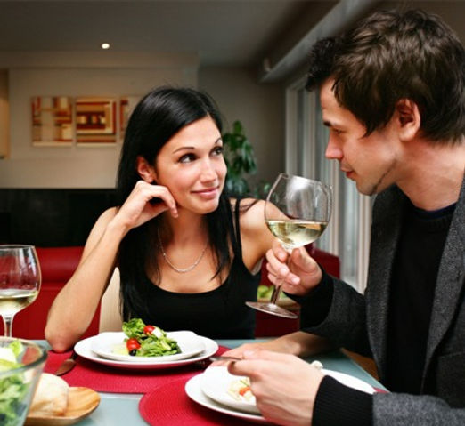 happy-couple-at-home-having-dinner_viqx6