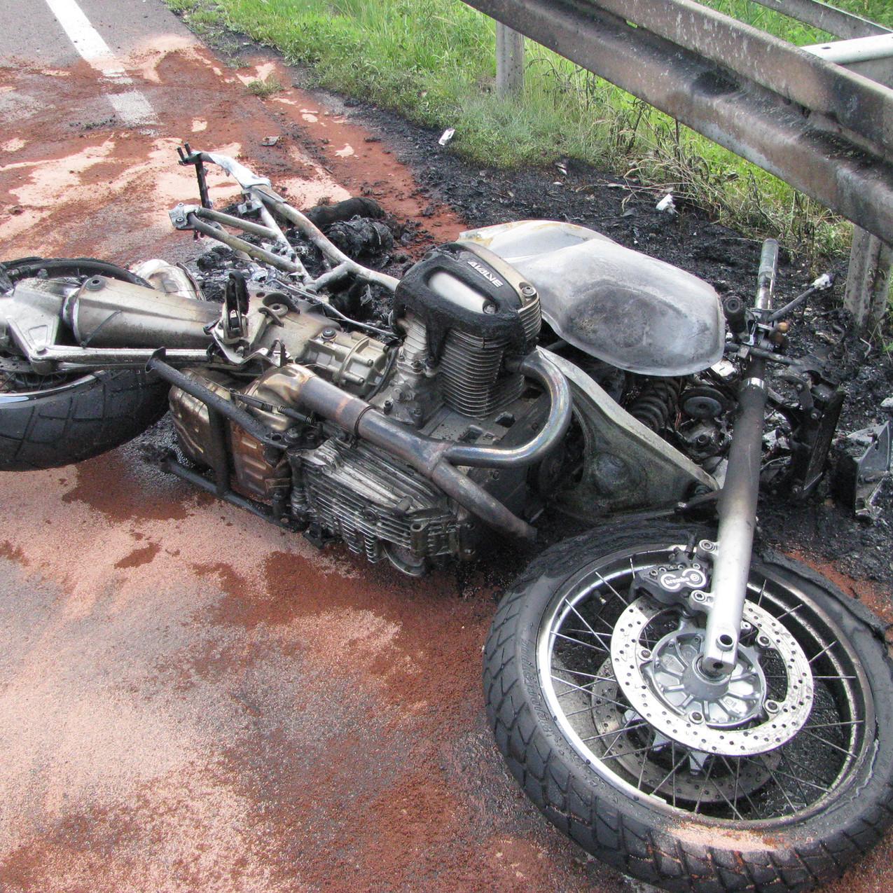 Motorradbrand nach Unfall