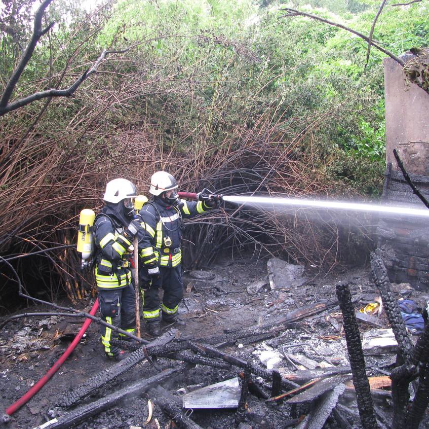 Brand von Unrat und Gestrüpp