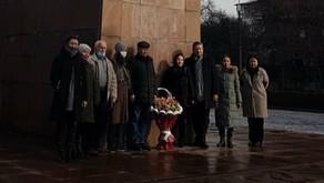 Возложение цветов к памятнику на привокзальной площади столицы.