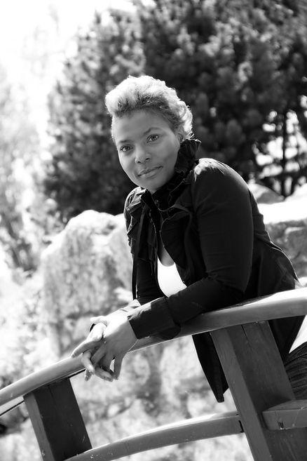 Claie AVENTUR auteure, conférencière, feministe contemporaine, née à Paris en 1974. Accompagnatrice en éveil de conscience.