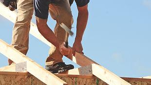 Charpente et charpentier au travail