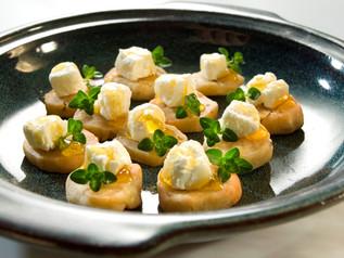 עוגיות כוסברה עם גבינת עיזים ודבש