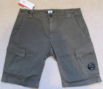 06CMBE105A C.P. Company Cargo Shorts in Green (672)