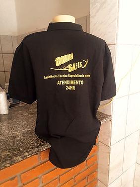 Uniforme da empresa Golden Safes que faz manutenção de cofre