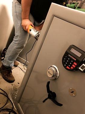 Funcionário da Golden Safes fazendo manutenção de cofre