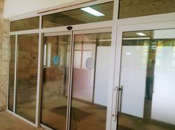 Входная группа с автоматическими дверьми