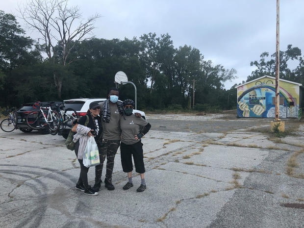 Cyclist_assemble_at_The_Decay_Devils_hos