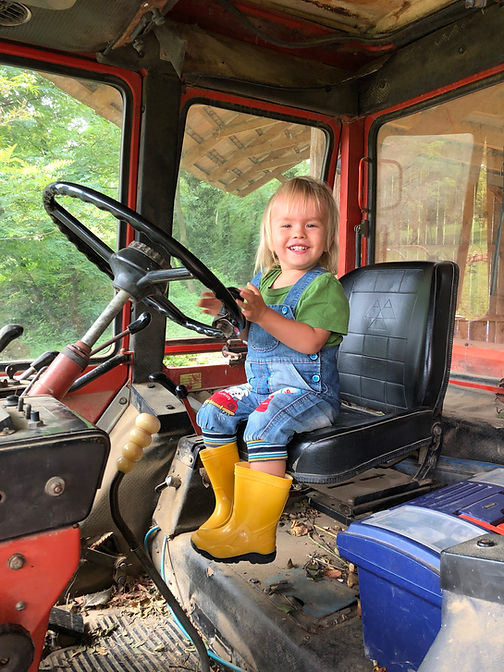 Ádám_traktorozik.JPG