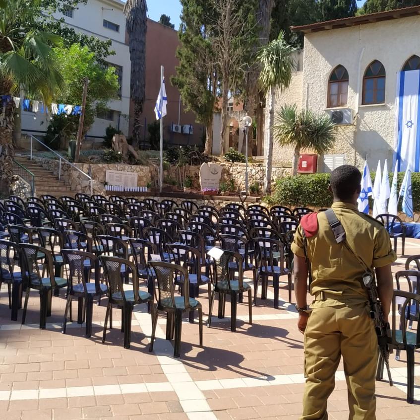 נערכים לטקס יום הזיכרון תשעט, כפר הראה