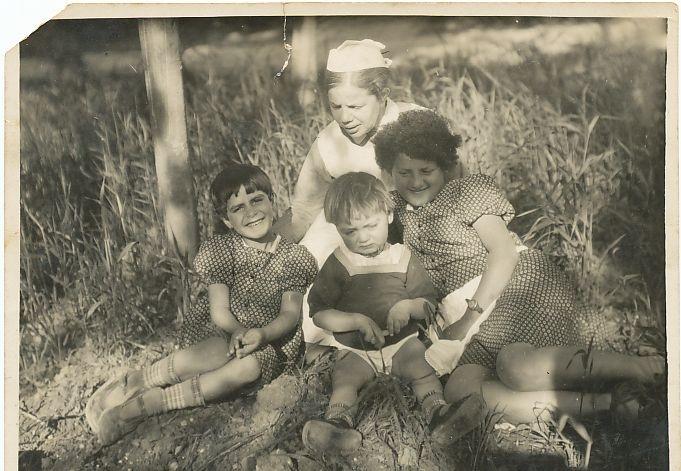 שווסטר זלמה עם הילדות המאומצות, שמחה קלדרון (מימין)ובוליסה דאנה (משמאל