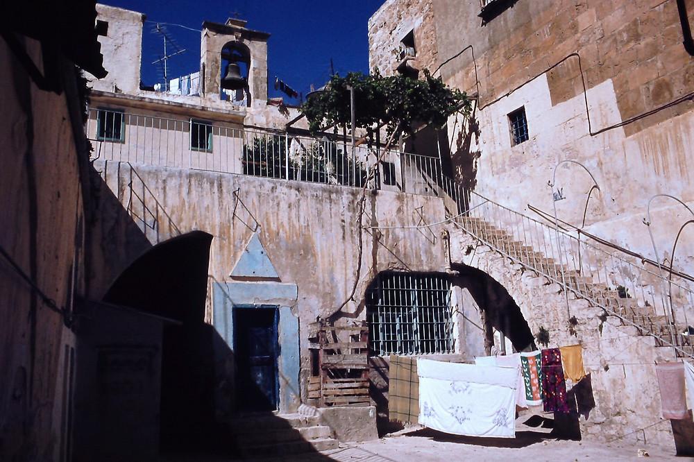 צפיפות בחצר מנזר ניקולאס