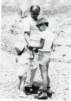 גוני עם אביו מאיר ואחותו דנה בטיול, 1964