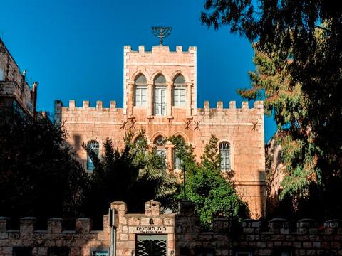 """""""המנורה אינה שבויה ברומא, היא מאירה בירושלים"""": סיפורה של מנורת בצלאל"""