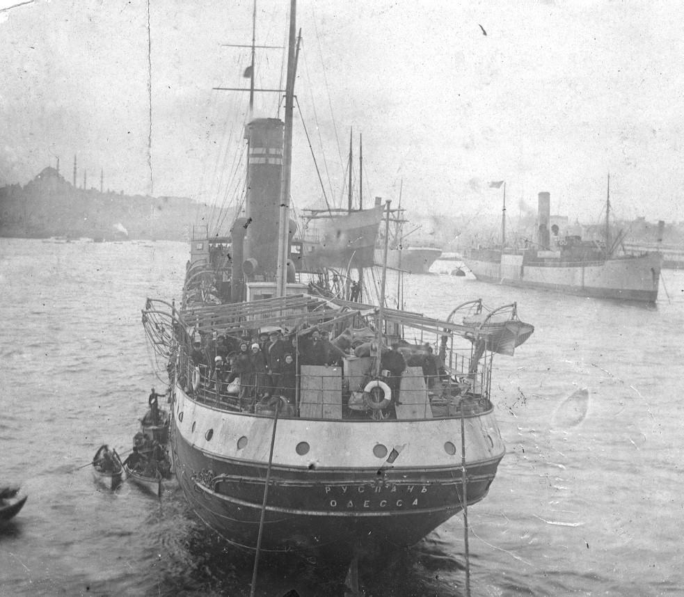 האנייה רוסלאן עוגנת בנמל איסטנבול (קושטא)  מדרכה מאודסה ליפו