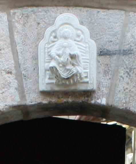דמות מקודשת  בכניסה למנזר סיידנאיה