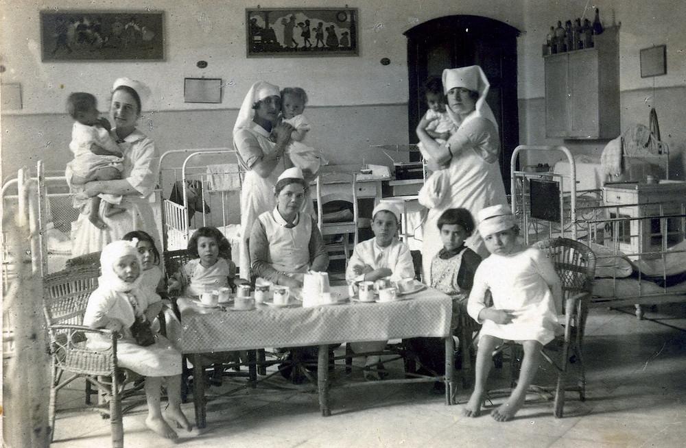 אחיות ופעוטות בבית החולים 'משגב לדך', זלמה במרכז