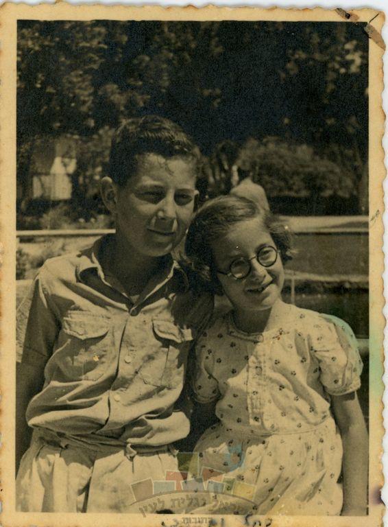 מרדכי (מוטק'ה) נאור עם אחותו רוחק'ה