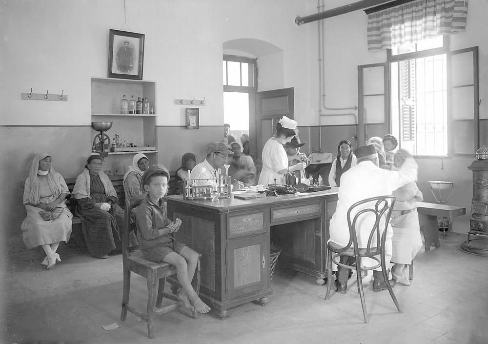 קבלת חולים במרפאות שערי צדק, באדיבות המרכז הרפואי שערי צדק, וארכיון יד בן-צבי