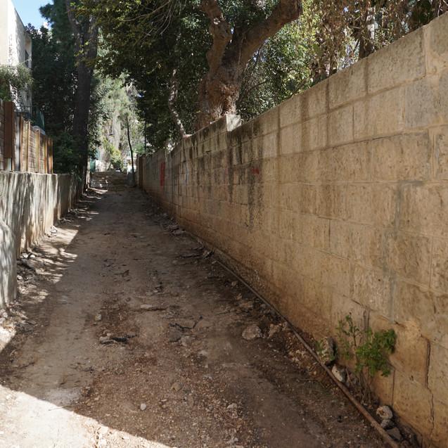 החומה טרם הריסתה